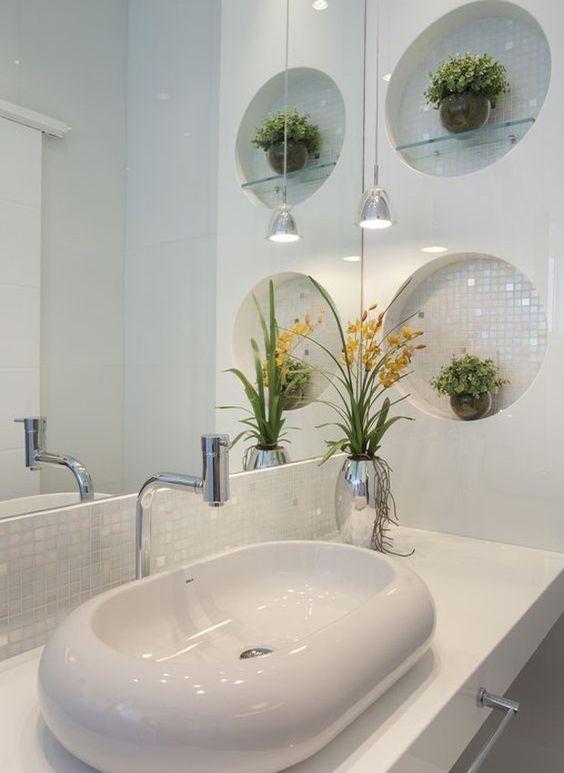 Dois nichos redondos com vasos de plantas.
