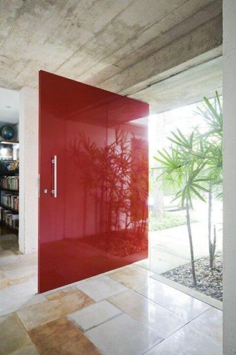 porta pivotante de laca vermelha