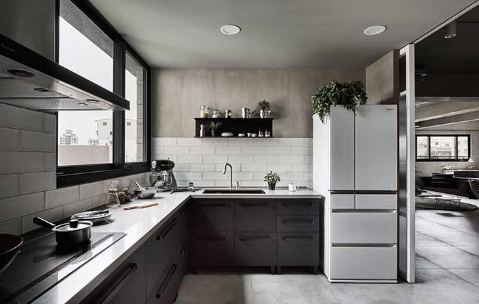 Revestimentos para cozinha moderna com parede de cimento queimado.