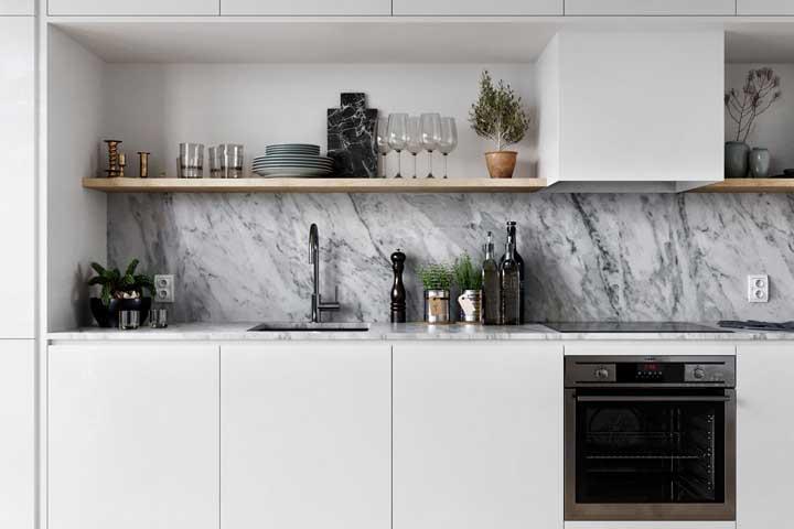 Cozinha minimalista com revestimento de mármore.
