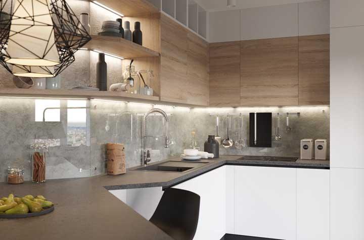 Cozinha moderna com parede de cimento queimado e vidro.