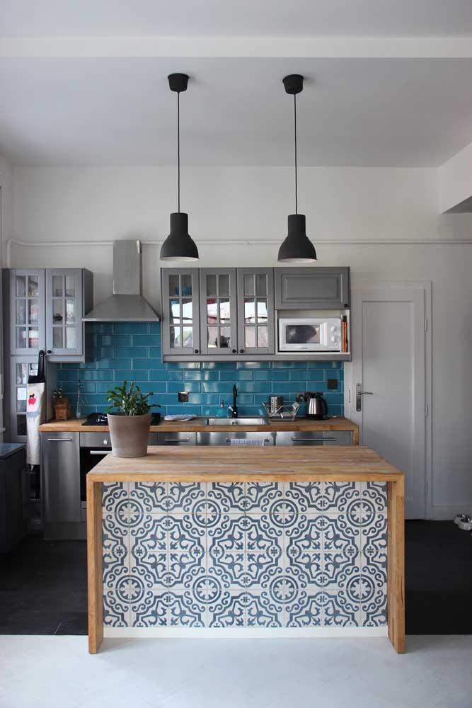 Decoração com ladrilho hidráulico e plaqueta de cerâmica azul.