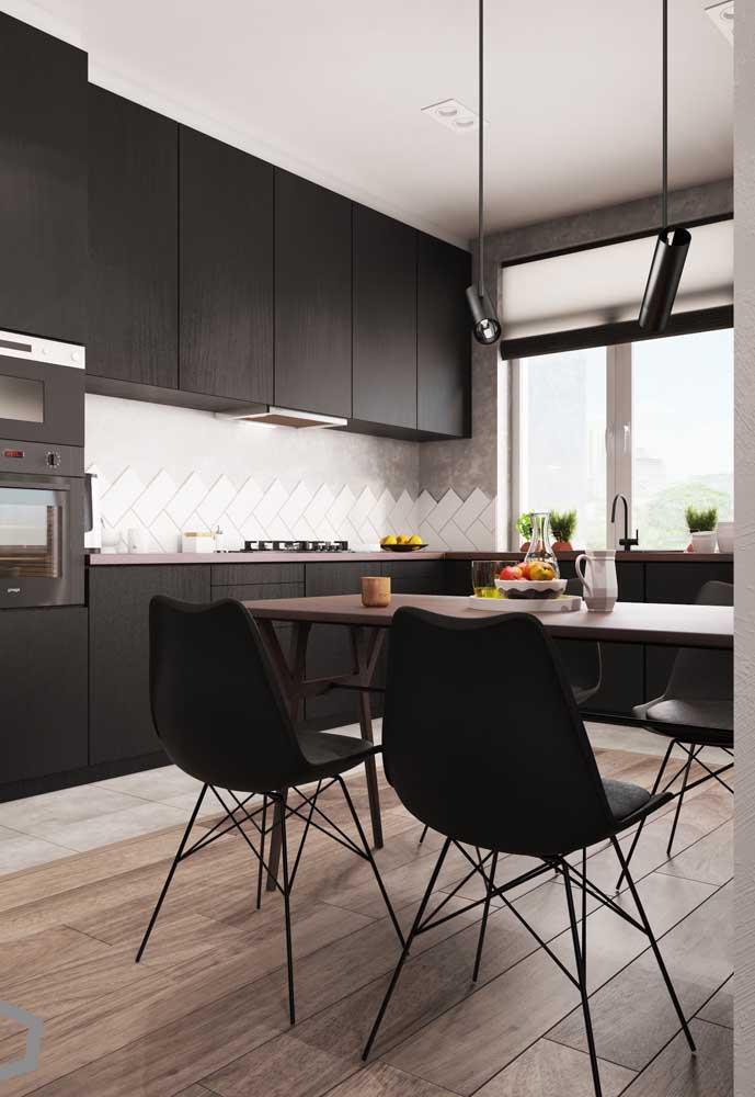 Cozinha preta moderna.