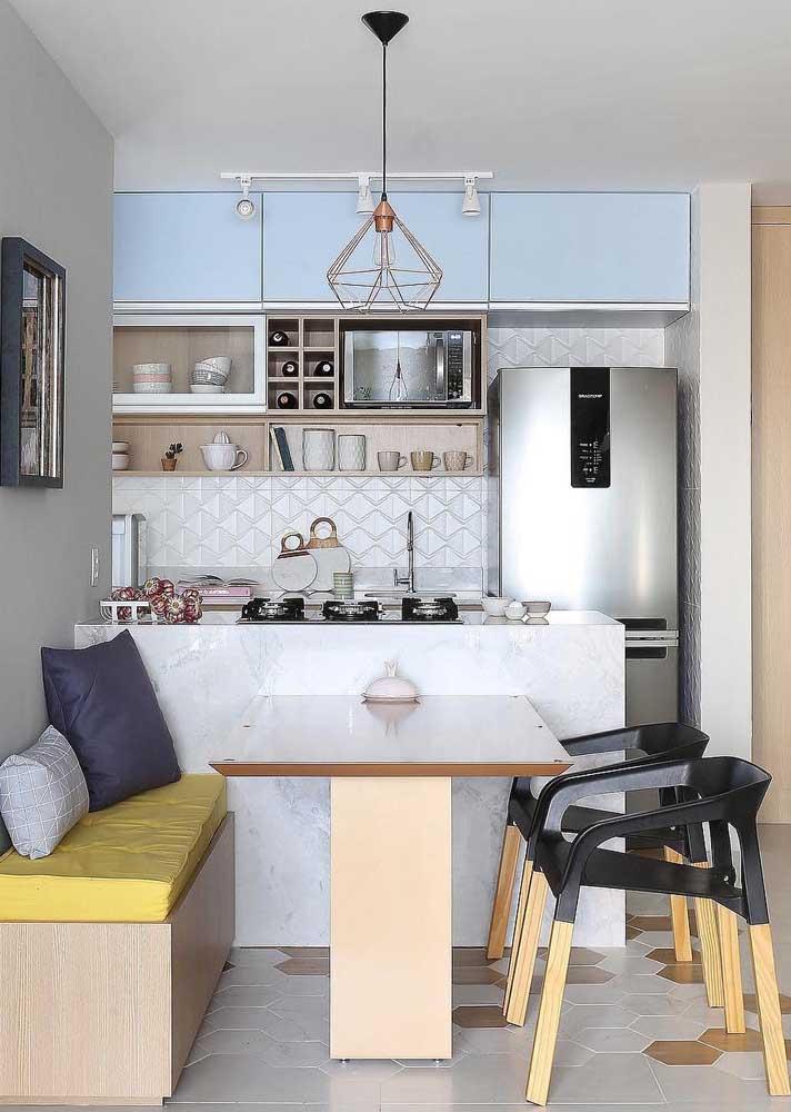 Cozinha americana pequena com cerâmica com relevo.