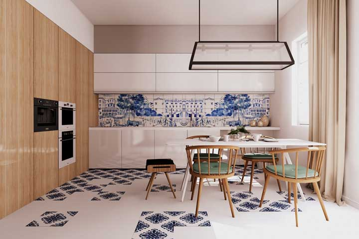 Cômodo decorado com revestimentos para cozinha tipo azulejo português.