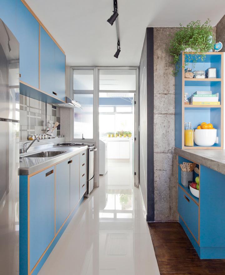 Revestimentos para cozinha com armários azuis.