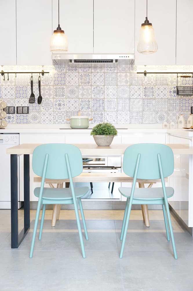 Decoração clean com azulejo português.