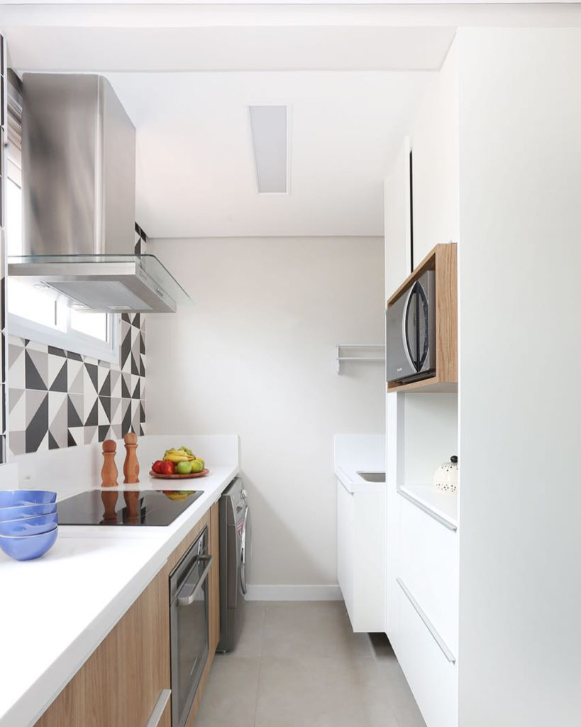 Revestimentos para cozinha branca simples.