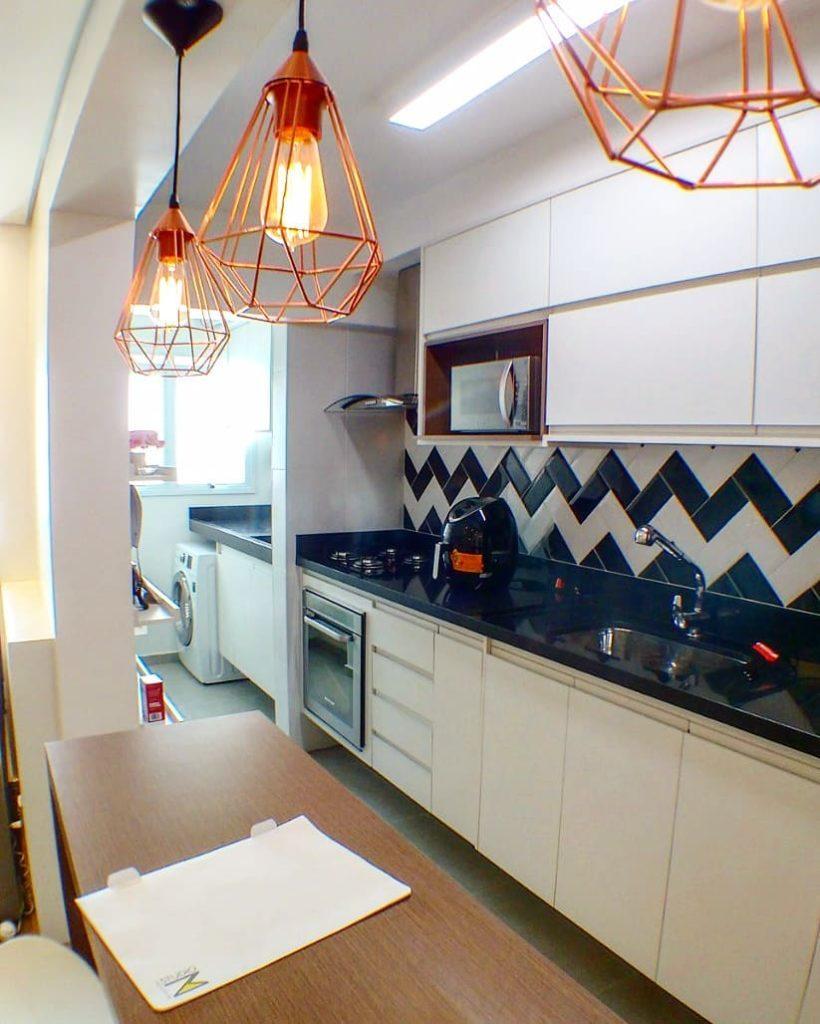 Revestimentos para cozinha simples preta e branca.