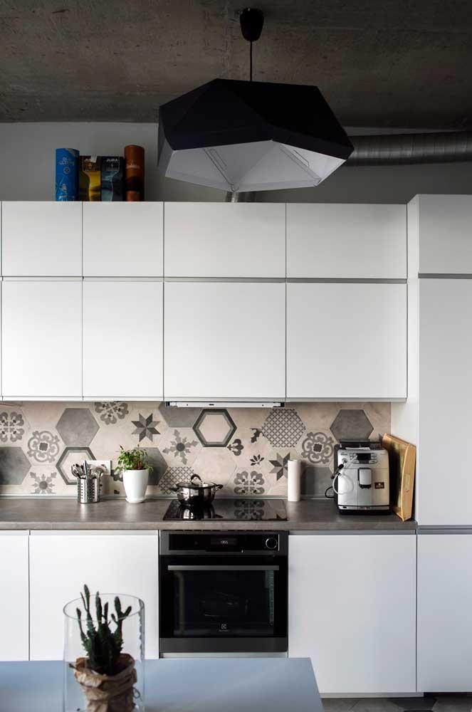 Revestimentos coloridos para cozinha branca.