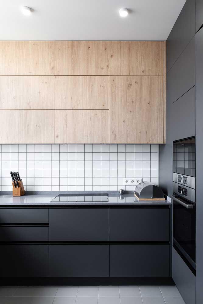 Revestimentos para cozinha moderna com armário de madeira.