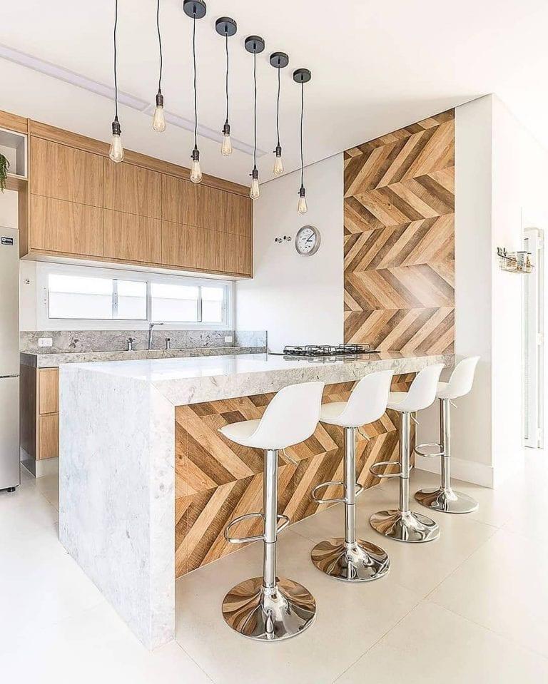 Revestimentos para cozinha americana com decoração de madeira.