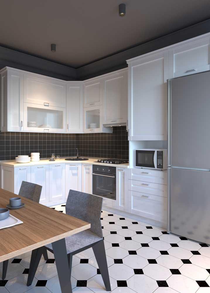 Revestimentos para cozinha branca com piso preto e branco.