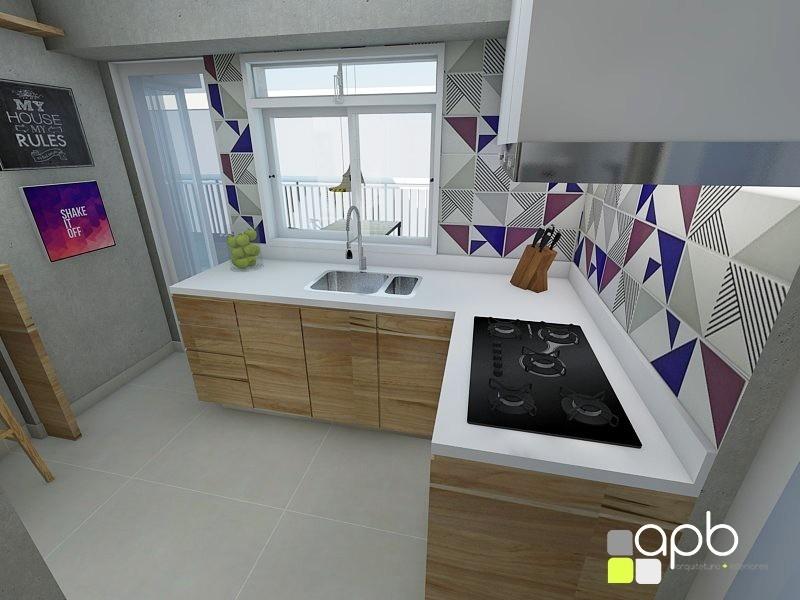 Revestimentos para cozinha com  armários de madeira.