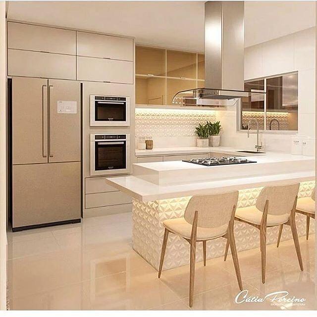Decoração com armários minimalistas e azulejos tridimensionais.