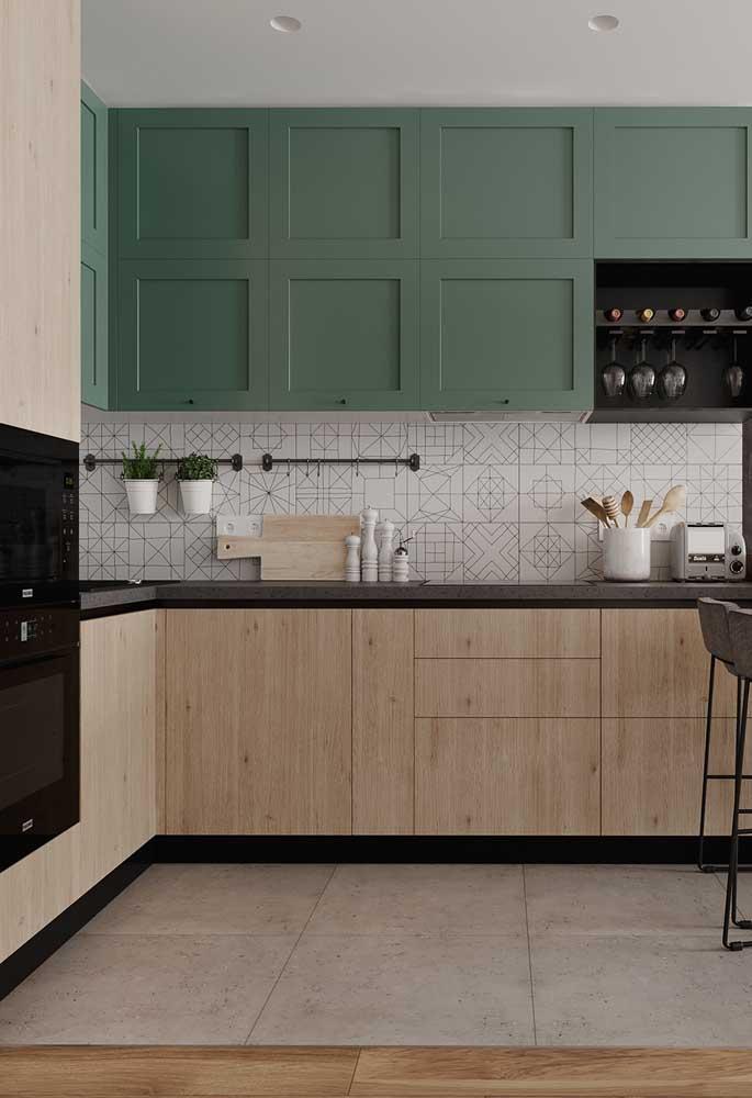 Revestimentos para cozinha com armários de madeira verdes.