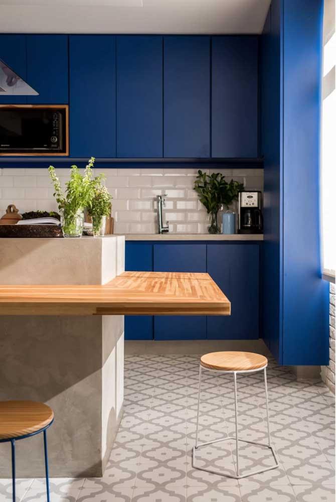 Revestimentos para cozinha com ilha e armários azuis.