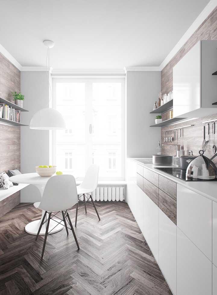Revestimentos para cozinha com piso de madeira.