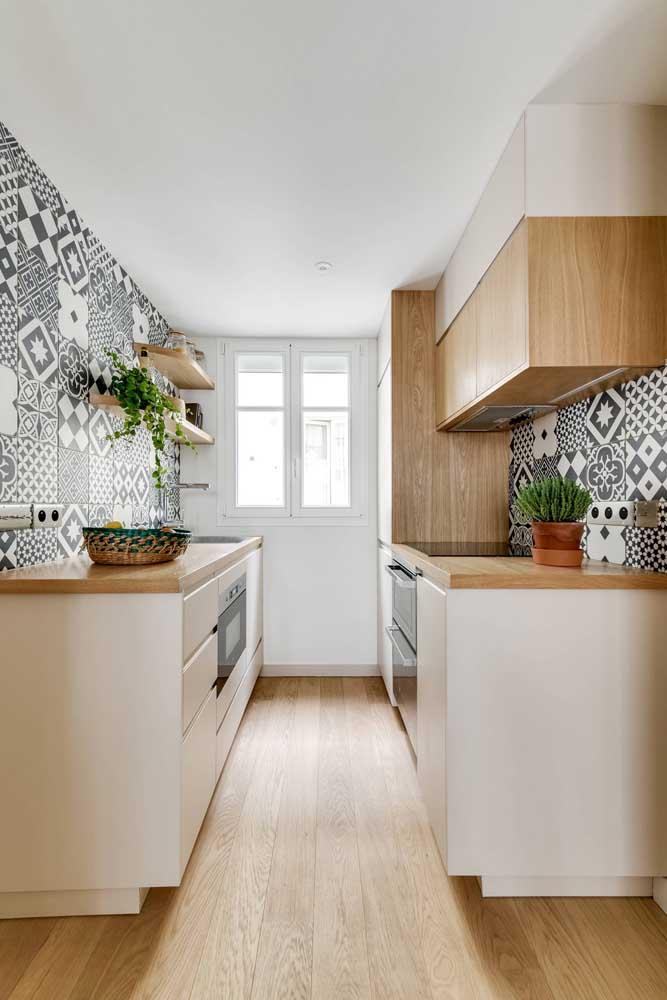 Revestimentos para cozinha pequena com ladrilhos hidráulicos.
