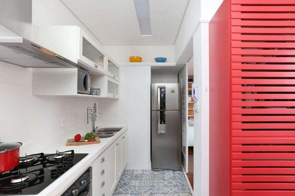 Revestimentos para cozinha pequena com armário vermelho.