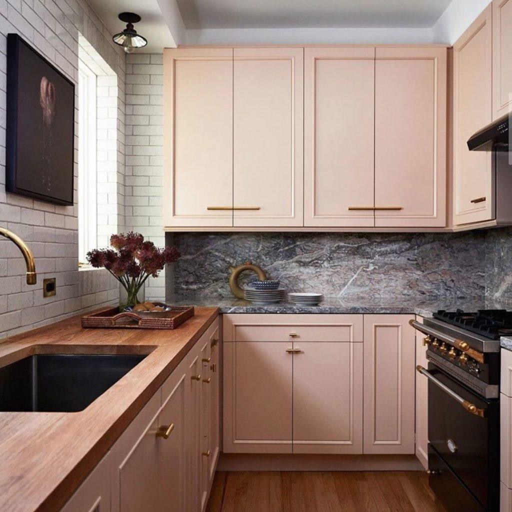 Revestimentos para cozinha rosa com bancada de mármore.
