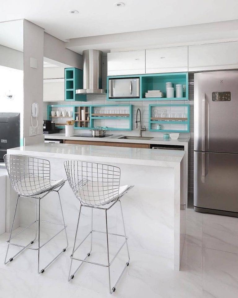 Revestimentos para cozinha americna com nichos azuis.