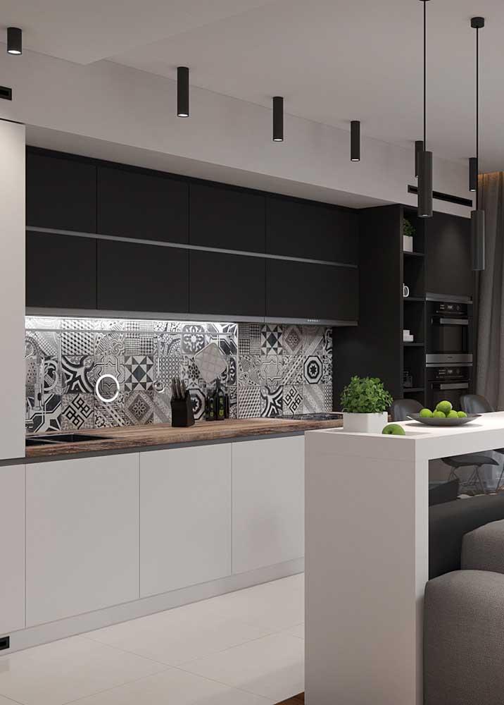 Revestimentos para cozinha com decoração preta e branca.