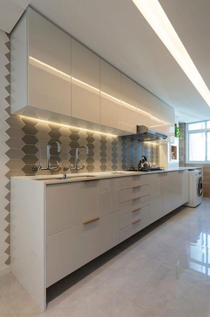 Revestimentos para cozinha moderna e fita de LED.
