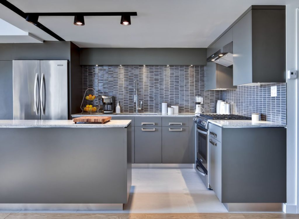 Revestimentos para cozinha com ilha cinza.