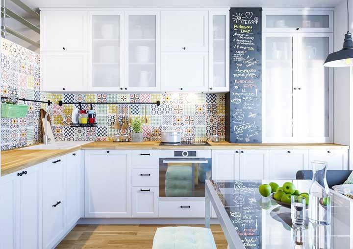 Revestimentos para cozinha branca com papel de parede.