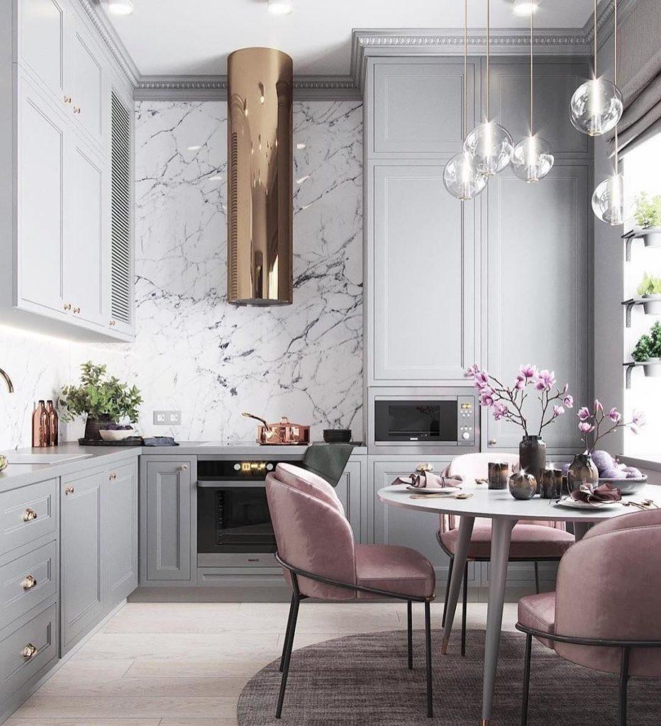 Cozinha luxuosa com revestimento de mármore.