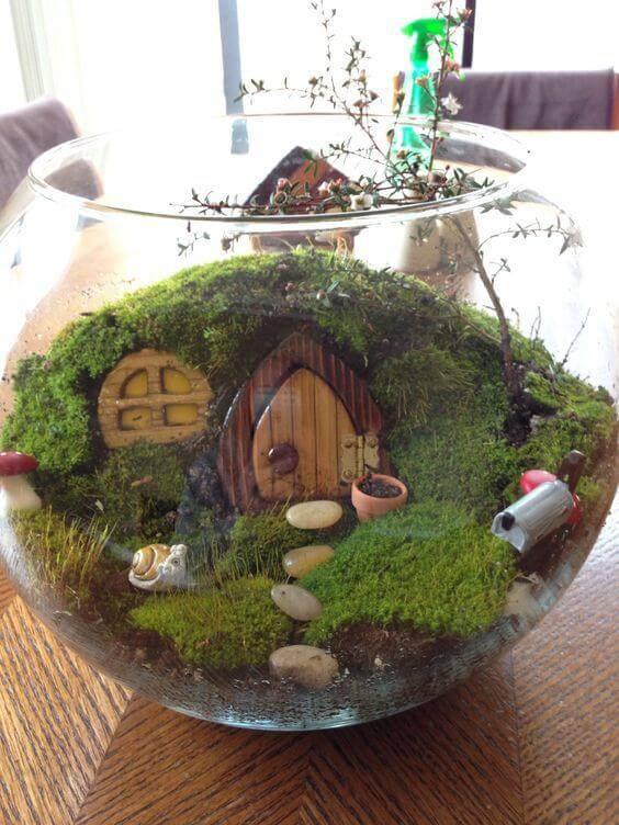 Terrário com musgo com formato da casa do Hobbit, do Senhor dos anéis.