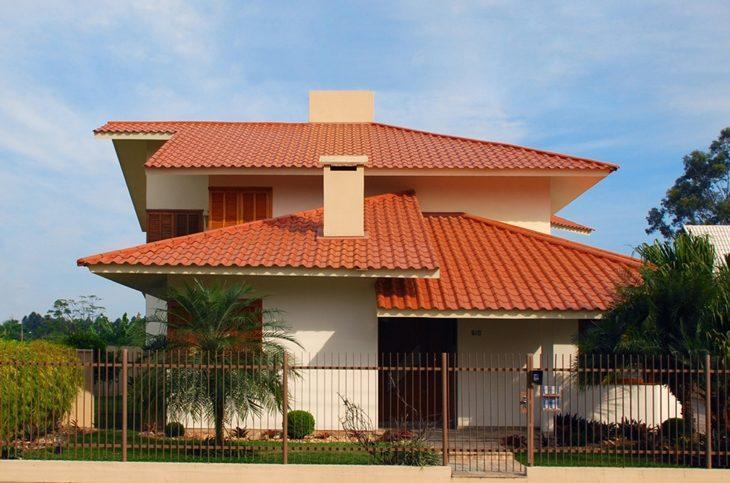 Tipos de telha: Casa com telhado de telha de cerâmica colonial.