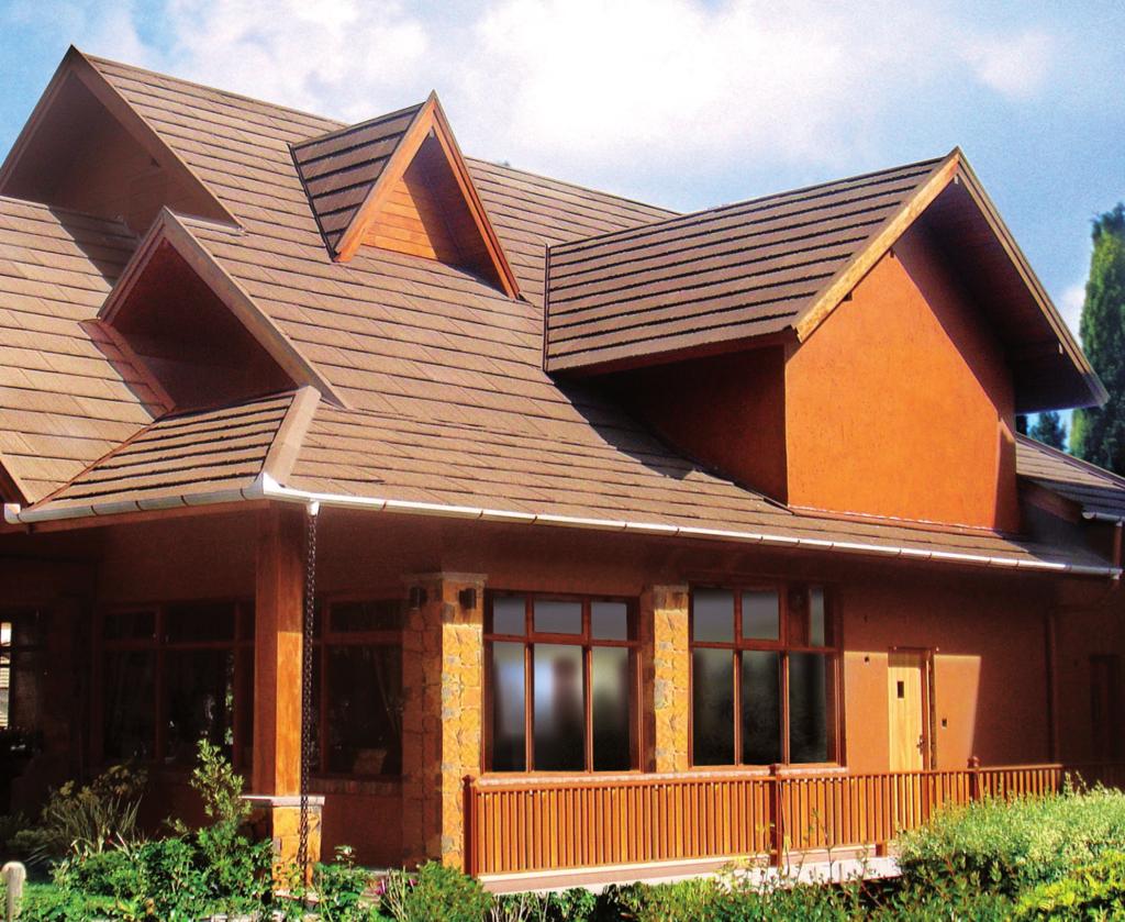 Tipos de telha: Casa rústica com telhado de telhas gravilhadas.