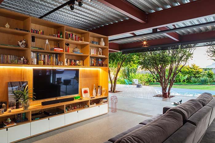 Tipos de telha: Sala com telhas metálicas.