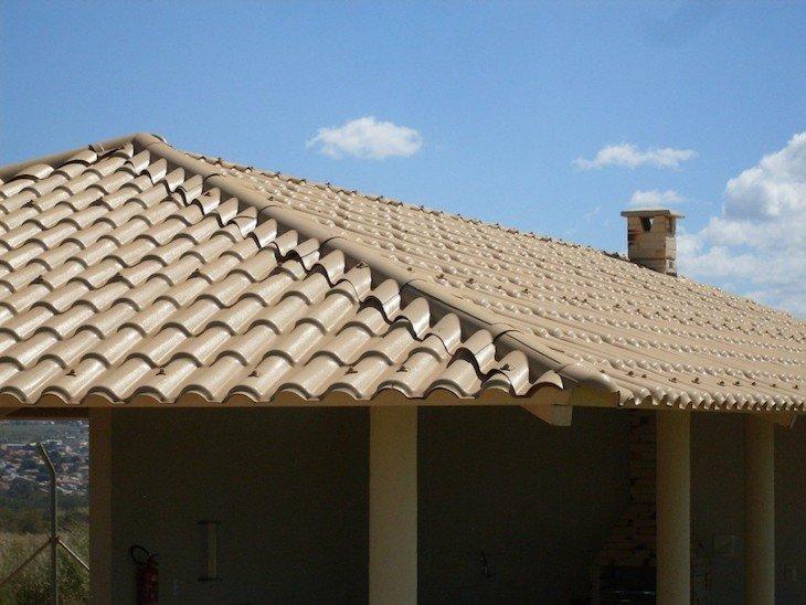 Tipos de telha: Área do churrasco com telhado de telhas de PVC.