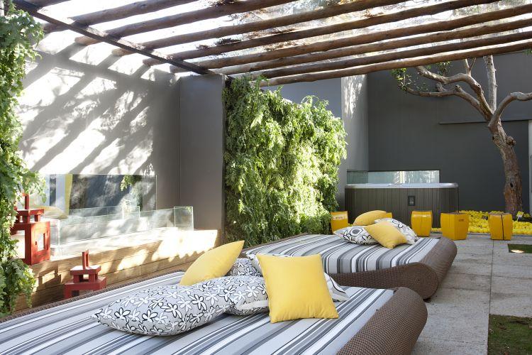 Tipos de telha: Área gourmet decorada com telhado de telhas translúcidas.