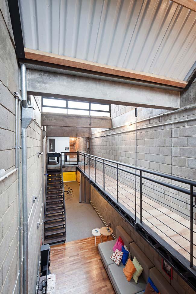 Tipos de telha: Casa com estilo industrial com telhados e telhas termoacústicas.