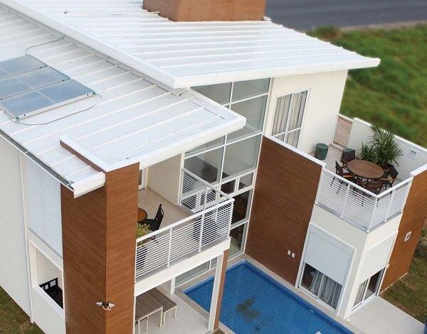 Tipos de telha: Casa luxuosa com piscina e telhas termoacústicas.