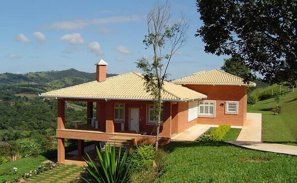 Tipos de telha: Casa de campo com telhas esmaltadas.