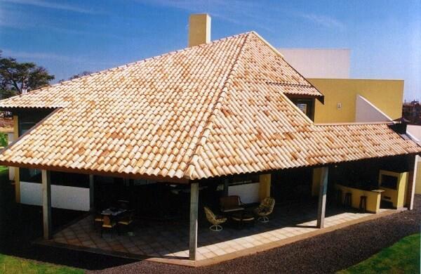 Tipos de telha: Casa de campo com telhado de telhas cerâmicas.