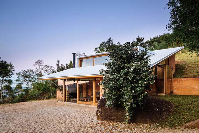 Casa de campo pequena com telhado termoacustico.