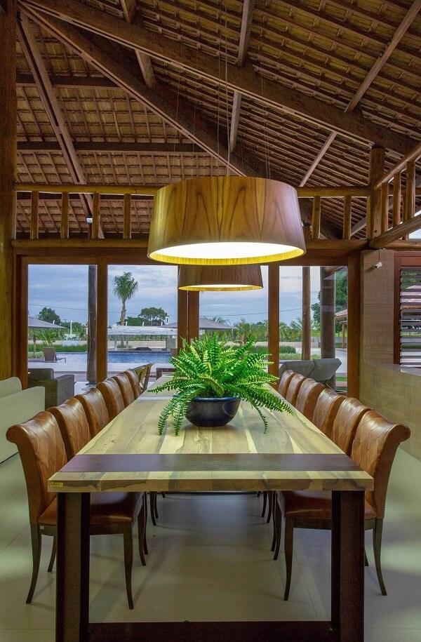 Sala de jantar rústica com telhas de cerâmicas aparentes.