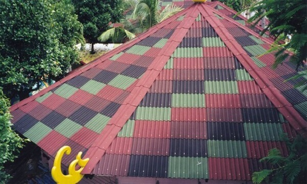 Telhado colorido com telhas de fibra vegetal.