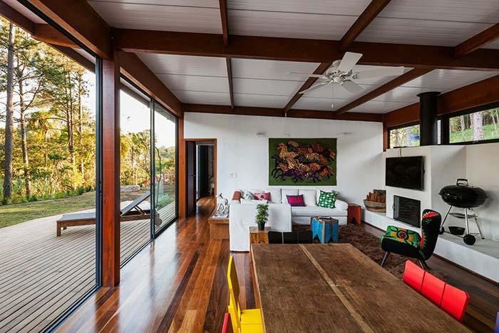 Sala rústica com telhas galvanizadas brancas.