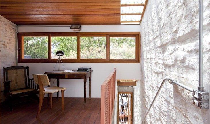 Escritório com telhas translúcidas.