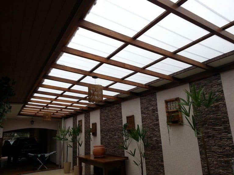 Sala rústica com telhas translúcida.