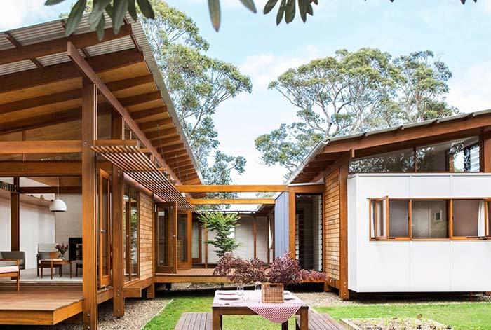 Casa de campo moderna com madeira e telhas galvanizadas.