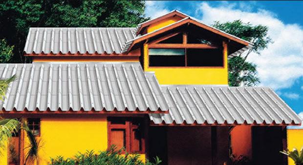 Casa amarela com telhado de fibrocimento.