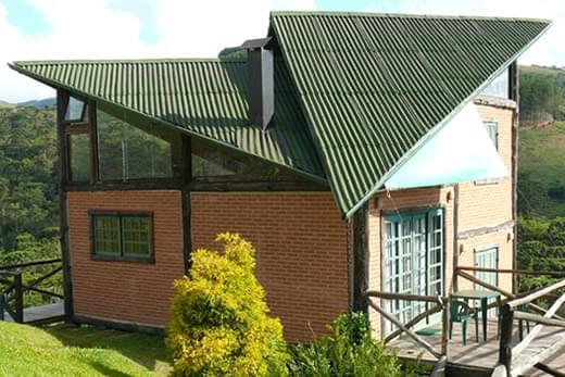 Casa de campo com telhado de fibra vegetal.